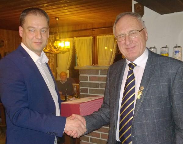 Helmut Renz (im Bild rechts) erhält den Dank von OSM Volker Held (links) für 50 Jahre treue Mitgliedschaft zum örtlichen Schützenverein.